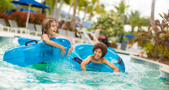 kids splashing in the lazy river at surfari water park